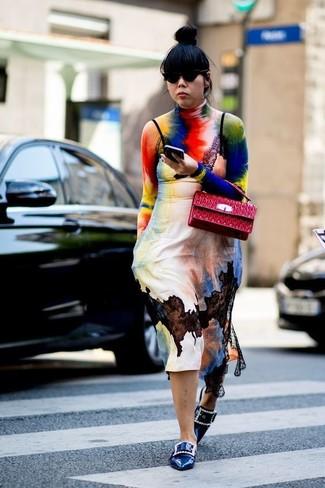 Dunkelblaue Leder Slipper kombinieren – 6 Damen Outfits: Um einen geradlinigen aber stilsicheren Alltags-Look zu kreieren, vereinigen Sie einen mehrfarbigen Mit Batikmuster Rollkragenpullover mit einem mehrfarbigen Mit Batikmuster Camisole-Kleid. Ergänzen Sie Ihr Outfit mit dunkelblauen Leder Slippern, um Ihr Modebewusstsein zu zeigen.