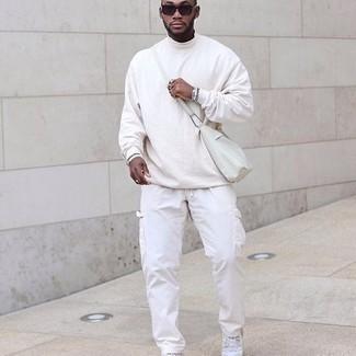 Weiße Cargohose kombinieren – 10 Frühling Herren Outfits: Kombinieren Sie einen weißen Rollkragenpullover mit einer weißen Cargohose für ein Alltagsoutfit, das Charakter und Persönlichkeit ausstrahlt. Komplettieren Sie Ihr Outfit mit weißen Segeltuch niedrigen Sneakers. Ein insgesamt sehr trendiger Übergangs-Look.