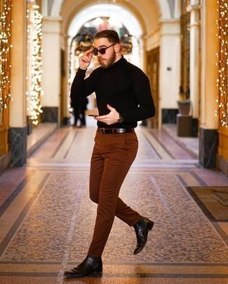 Schwarzen Rollkragenpullover kombinieren – 500+ Herren Outfits: Erwägen Sie das Tragen von einem schwarzen Rollkragenpullover und einer rotbraunen Chinohose für ein bequemes Outfit, das außerdem gut zusammen passt. Fühlen Sie sich ideenreich? Wählen Sie dunkelbraune Chelsea Boots aus Leder.