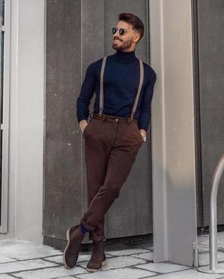 Hosenträger kombinieren – 355 Herren Outfits: Erwägen Sie das Tragen von einem dunkelblauen Rollkragenpullover und einem Hosenträger für einen entspannten Wochenend-Look. Schalten Sie Ihren Kleidungsbestienmodus an und machen dunkelbraunen Chelsea Boots aus Wildleder zu Ihrer Schuhwerkwahl.