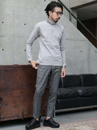 Schwarze klobige Leder Derby Schuhe kombinieren – 74 Herren Outfits: Tragen Sie einen grauen Rollkragenpullover und eine graue Chinohose für ein sonntägliches Mittagessen mit Freunden. Schwarze klobige Leder Derby Schuhe sind eine einfache Möglichkeit, Ihren Look aufzuwerten.