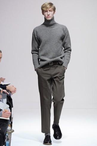 Olivgrüne Chinohose kombinieren – 1200+ Herren Outfits: Tragen Sie einen grauen Wollrollkragenpullover und eine olivgrüne Chinohose für ein Alltagsoutfit, das Charakter und Persönlichkeit ausstrahlt. Fühlen Sie sich ideenreich? Wählen Sie schwarzen Leder Derby Schuhe.