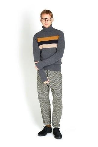 Transparente Sonnenbrille kombinieren – 500+ Herren Outfits: Für ein bequemes Couch-Outfit, tragen Sie einen dunkelgrauen horizontal gestreiften Wollrollkragenpullover und eine transparente Sonnenbrille. Fühlen Sie sich mutig? Entscheiden Sie sich für schwarzen Wildleder Derby Schuhe.