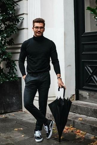 Schwarzen Rollkragenpullover kombinieren – 1045+ Herren Outfits: Die Kombination von einem schwarzen Rollkragenpullover und einer dunkelgrauen Chinohose erlaubt es Ihnen, Ihren Freizeitstil klar und einfach zu halten. Suchen Sie nach leichtem Schuhwerk? Ergänzen Sie Ihr Outfit mit schwarzen und weißen hohen Sneakers aus Segeltuch für den Tag.