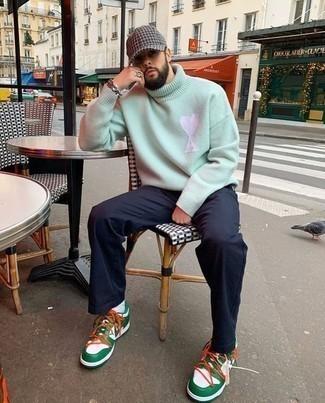Weiße und grüne hohe Sneakers aus Leder kombinieren – 9 Herren Outfits: Kombinieren Sie einen mintgrünen Wollrollkragenpullover mit einer dunkelblauen Chinohose für ein bequemes Outfit, das außerdem gut zusammen passt. Fühlen Sie sich mutig? Komplettieren Sie Ihr Outfit mit weißen und grünen hohen Sneakers aus Leder.