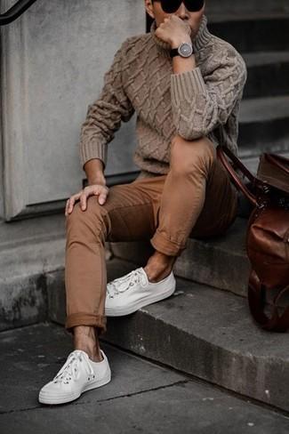 Wie kombinieren: brauner Strick Rollkragenpullover, braune Chinohose, weiße niedrige Sneakers, schwarze Sonnenbrille