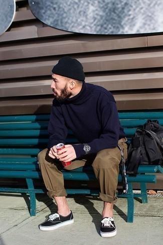 Schwarze Mütze kombinieren – 808+ Herren Outfits: Für ein bequemes Couch-Outfit, erwägen Sie das Tragen von einem dunkelblauen Wollrollkragenpullover und einer schwarzen Mütze. Putzen Sie Ihr Outfit mit schwarzen und weißen Segeltuch niedrigen Sneakers.