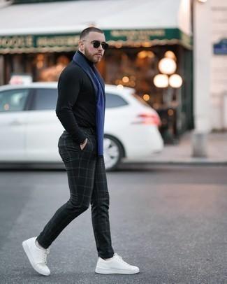 Schwarzen Rollkragenpullover kombinieren – 1045+ Herren Outfits: Kombinieren Sie einen schwarzen Rollkragenpullover mit einer schwarzen Chinohose mit Karomuster für ein sonntägliches Mittagessen mit Freunden. Vervollständigen Sie Ihr Look mit weißen Segeltuch niedrigen Sneakers.