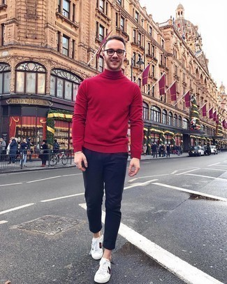 Weiße bedruckte Leder niedrige Sneakers kombinieren – 118 Herren Outfits: Paaren Sie einen roten Rollkragenpullover mit einer dunkelblauen Chinohose für einen bequemen Alltags-Look. Fühlen Sie sich mutig? Komplettieren Sie Ihr Outfit mit weißen bedruckten Leder niedrigen Sneakers.