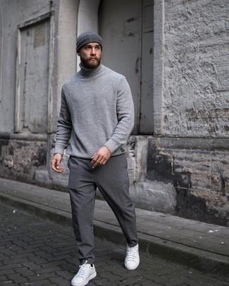Mütze kombinieren – 1200+ Herren Outfits: Tragen Sie einen grauen Strick Rollkragenpullover und eine Mütze für einen entspannten Wochenend-Look. Fügen Sie weißen Leder niedrige Sneakers für ein unmittelbares Style-Upgrade zu Ihrem Look hinzu.