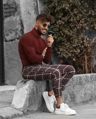 Weiße und rote Leder niedrige Sneakers kombinieren – 500+ Herren Outfits: Kombinieren Sie einen dunkelroten Rollkragenpullover mit einer dunkelgrauen Chinohose mit Schottenmuster, um einen lockeren, aber dennoch stylischen Look zu erhalten. Dieses Outfit passt hervorragend zusammen mit weißen und roten Leder niedrigen Sneakers.