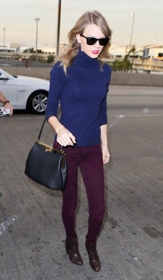 Rollkragenpullover dunkelblauer enge jeans dunkelrote stiefeletten braune shopper tasche schwarze large 1071