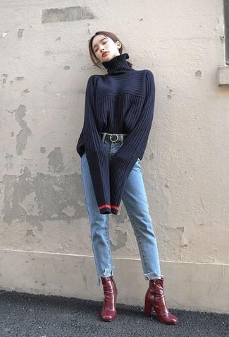 Dunkelblauen Strick Rollkragenpullover kombinieren – 11 Damen Outfits: Ein dunkelblauer Strick Rollkragenpullover und hellblaue Jeans sind absolut Freizeit-Basics und können mit einer Vielzahl von Kleidungsstücken gepaart werden, um ein stilsicheres Freizeit-Outfit zu schaffen. Dunkelrote Leder Stiefeletten sind eine großartige Wahl, um dieses Outfit zu vervollständigen.