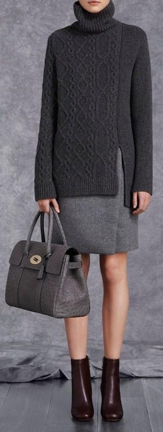 Dunkelgrauen Wollbleistiftrock kombinieren: trends 2020: Probieren Sie die Kombination aus einem dunkelgrauen Strick Rollkragenpullover und einem dunkelgrauen Wollbleistiftrock für einen schicken, eleganten Freizeit-Look. Dunkelrote Leder Stiefeletten sind eine kluge Wahl, um dieses Outfit zu vervollständigen.