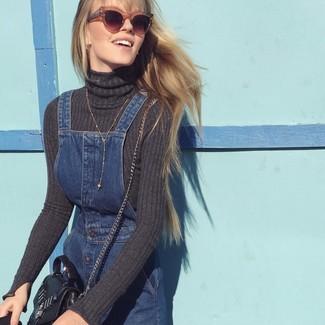 Wie kombinieren: dunkelgrauer Rollkragenpullover, dunkelblauer Jeans Kleiderrock, schwarze Leder Umhängetasche, braune Sonnenbrille