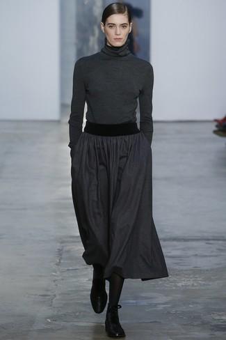 Wie kombinieren: dunkelgrauer Rollkragenpullover, dunkelgrauer Falten Midirock, schwarze flache Stiefel mit einer Schnürung aus Leder, schwarze Strumpfhose