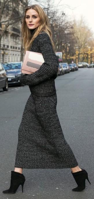 Damen Outfits 2020: Probieren Sie diese Paarung aus einem dunkelgrauen Strick Rollkragenpullover und einem dunkelgrauen Strick Midirock für einen wunderbaren Wochenend-Look. Schwarze Wildleder Stiefeletten fügen sich nahtlos in einer Vielzahl von Outfits ein.