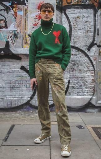 Beige bedruckte Chinohose kombinieren – 9 Herren Outfits: Kombinieren Sie einen dunkelgrünen Wollrollkragenpullover mit einer beige bedruckten Chinohose für ein großartiges Wochenend-Outfit. Beige Segeltuch niedrige Sneakers sind eine kluge Wahl, um dieses Outfit zu vervollständigen.