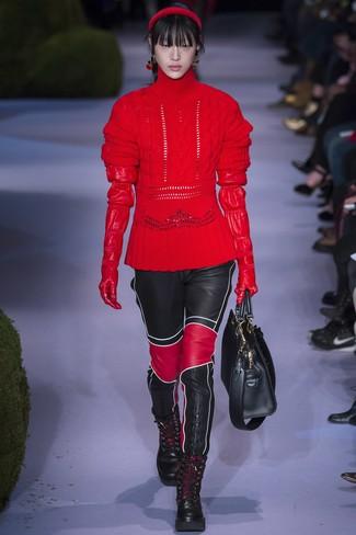 Wie kombinieren: roter Strick Wollrollkragenpullover, schwarze enge Hose aus Leder, schwarze flache Stiefel mit einer Schnürung aus Leder, schwarze Shopper Tasche aus Leder