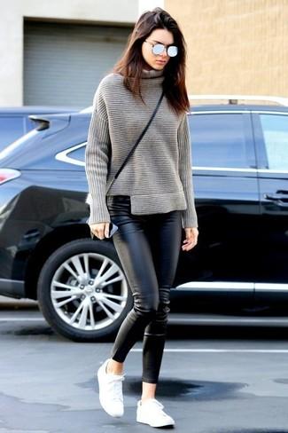 Kendall Jenner trägt Grauer Strick Rollkragenpullover, Schwarze Enge Hose aus Leder, Weiße Niedrige Sneakers, Schwarze Leder Umhängetasche