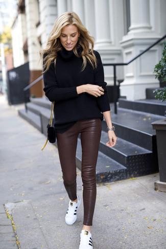 Wie kombinieren: schwarzer Rollkragenpullover, dunkelbraune enge Hose aus Leder, weiße Leder niedrige Sneakers, schwarze Wildleder Umhängetasche