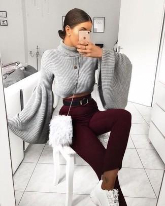 Weiße Sportschuhe kombinieren – 122 Damen Outfits: Wahlen Sie einen grauen Rollkragenpullover und eine dunkelrote enge Hose, um ein schönes Alltags-Outfit zu erhalten. Wenn Sie nicht durch und durch formal auftreten möchten, ergänzen Sie Ihr Outfit mit weißen Sportschuhen.