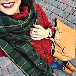 Wie kombinieren: roter Strick Wollrollkragenpullover, blaue enge Jeans, beige Chelsea-Stiefel aus Wildleder, beige Shopper Tasche aus Leder