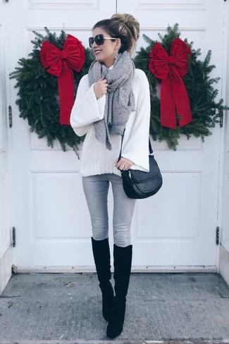 Wie kombinieren: weißer Strick Wollrollkragenpullover, graue enge Jeans, schwarze kniehohe Stiefel aus Wildleder, schwarze Leder Umhängetasche