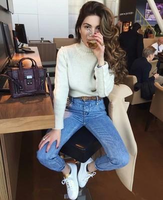 weißer Strick Rollkragenpullover, blaue enge Jeans, weiße Leder niedrige Sneakers, dunkellila Satchel-Tasche aus Leder für Damen