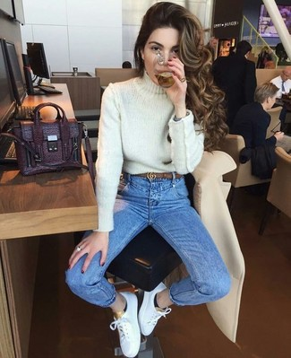 Wie kombinieren: weißer Strick Rollkragenpullover, blaue enge Jeans, weiße Leder niedrige Sneakers, dunkellila Satchel-Tasche aus Leder