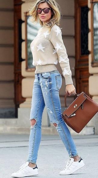 Wie kombinieren: hellbeige Rollkragenpullover mit Sternenmuster, hellblaue enge Jeans mit Destroyed-Effekten, weiße Leder niedrige Sneakers, braune Satchel-Tasche aus Leder