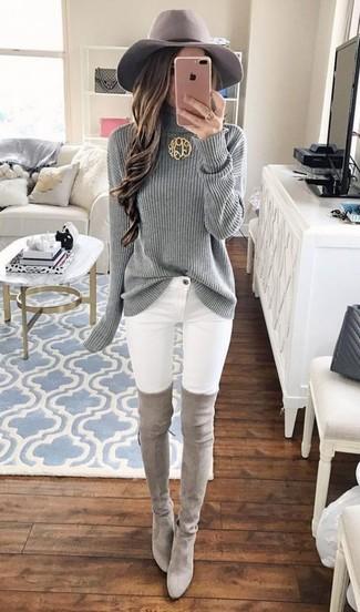 Wie kombinieren: grauer Strick Rollkragenpullover, weiße enge Jeans, graue Overknee Stiefel aus Wildleder, grauer Wollhut
