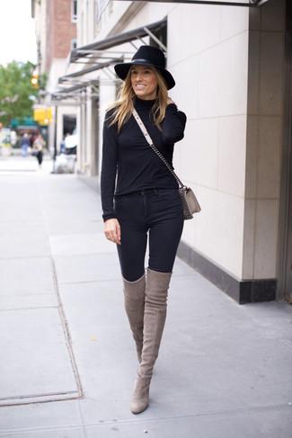 Wie kombinieren: schwarzer Rollkragenpullover, schwarze enge Jeans, graue Overknee Stiefel aus Wildleder, graue Leder Umhängetasche