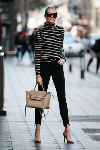 Damen Outfits & Modetrends: Kombinieren Sie einen schwarzen und weißen horizontal gestreiften Rollkragenpullover mit schwarzen engen Jeans für ein Freizeit-Outfit, das, Charme und Charakter vermittelt. Beige Leder Pumps sind eine kluge Wahl, um dieses Outfit zu vervollständigen.