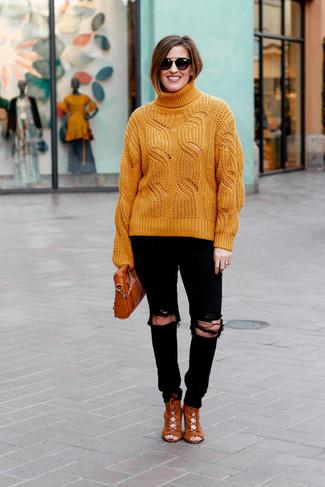 Wie kombinieren: orange Strick Rollkragenpullover, schwarze enge Jeans mit Destroyed-Effekten, rotbraune Schnürstiefeletten aus Wildleder, rotbraune Leder Umhängetasche