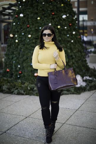 Wie kombinieren: gelber Rollkragenpullover, schwarze enge Jeans mit Destroyed-Effekten, schwarze Schnürstiefeletten aus Wildleder, schwarze Shopper Tasche aus Leder