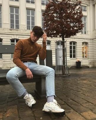Teenager: Outfits Herren 2021: Paaren Sie einen braunen Rollkragenpullover mit hellblauen engen Jeans für ein großartiges Wochenend-Outfit. Wenn Sie nicht durch und durch formal auftreten möchten, komplettieren Sie Ihr Outfit mit weißen Sportschuhen.