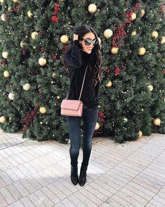 Wie kombinieren: schwarzer Rollkragenpullover aus Samt, dunkelblaue enge Jeans, schwarze Leder Stiefeletten, rosa gesteppte Leder Umhängetasche