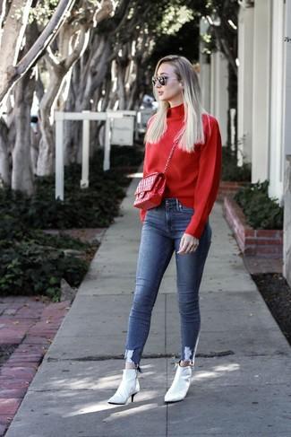 Wie kombinieren: roter Rollkragenpullover, blaue enge Jeans, weiße Leder Stiefeletten, rote gesteppte Satchel-Tasche aus Leder