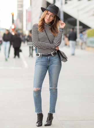 Wie kombinieren: schwarzer und weißer horizontal gestreifter Rollkragenpullover, hellblaue enge Jeans mit Destroyed-Effekten, schwarze Leder Stiefeletten, schwarze Leder Umhängetasche