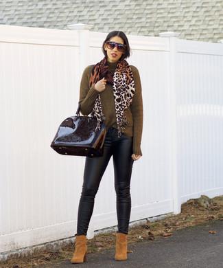 Wie kombinieren: olivgrüner Rollkragenpullover, schwarze Leder enge Jeans, beige Wildleder Stiefeletten, schwarze Satchel-Tasche aus Leder