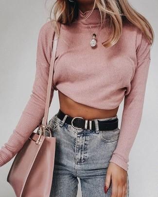 Graue enge Jeans kombinieren: Probieren Sie die Kombi aus einem rosa Rollkragenpullover und grauen engen Jeans, umein lässiges Outfit zu zaubern, der in der Garderobe der Frau auf keinen Fall fehlen darf.
