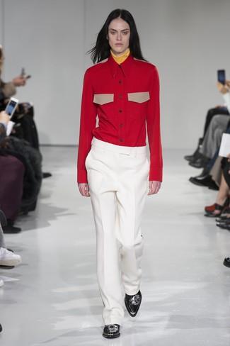 gelber Rollkragenpullover, rotes Businesshemd, weiße Anzughose, schwarze Leder Stiefeletten für Damen