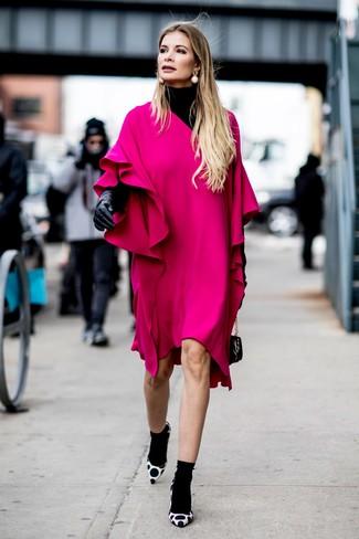 Wie kombinieren: schwarzer Rollkragenpullover, fuchsia gerade geschnittenes Kleid mit Rüschen, weiße und schwarze gepunktete Wildleder Pumps, schwarze Lederhandtasche