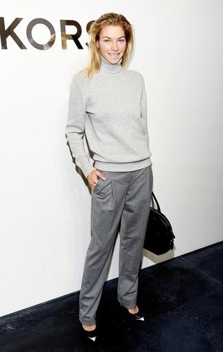 grauer Wollrollkragenpullover, graue Anzughose, schwarze und weiße Leder Pumps, schwarze Shopper Tasche aus Leder für Damen