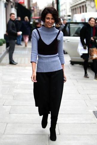 Ein grauer Rollkragenpullover und ein schwarzer Falten Midirock sind Freizeit-Basics, die sich wunderbar kombinieren lassen. Schwarze kniehohe stiefel aus wildleder sind eine gute Wahl, um dieses Outfit zu vervollständigen.
