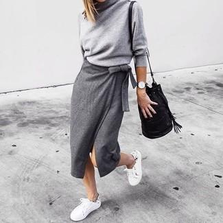 Ein grauer rollkragenpullover und eine schwarze leder beuteltasche für damen von Saint Laurent sind geeignet für gepflegte Freizeitevents und für das tägliche Tragen. Weiße niedrige sneakers verleihen einem klassischen Look eine neue Dimension.