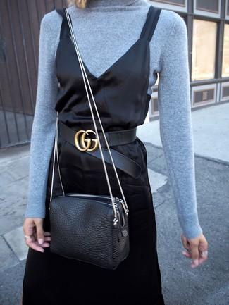 Wie kombinieren: hellblauer Rollkragenpullover, schwarzes Camisole-Kleid aus Satin, schwarze Leder Umhängetasche, schwarzer Ledergürtel