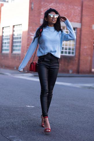 Wie kombinieren: hellblauer Rollkragenpullover, schwarze enge Hose aus Leder, rote Leder Sandaletten, rote Leder Umhängetasche