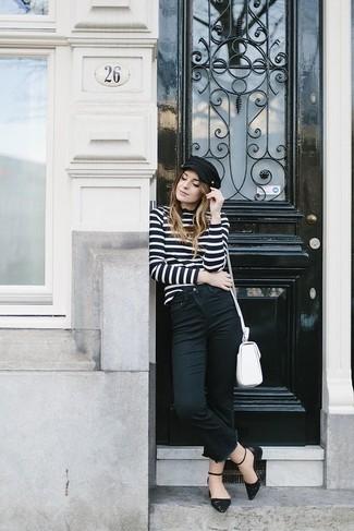 Wie kombinieren: schwarzer und weißer horizontal gestreifter Rollkragenpullover, schwarze Jeans, schwarze Leder Ballerinas, weiße Leder Umhängetasche